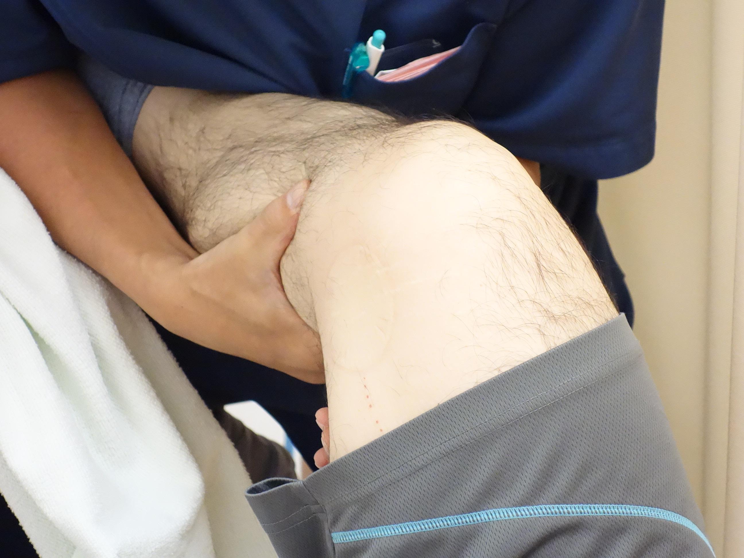 横浜の治療院での膝が痛い人の治療風景の写真