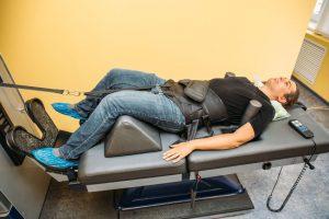 腰のヘルニア治療の整骨院「宮谷小交差点前せいこついん」の腰のヘルニアの牽引治療イメージ