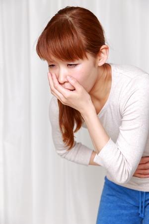 頭痛で吐き気がする女性の写真