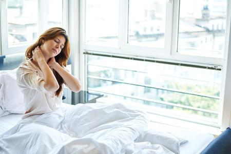 朝起きた時に頭痛がある女性の写真