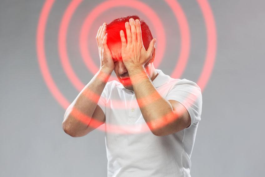 群発頭痛で頭が痛い男性の写真