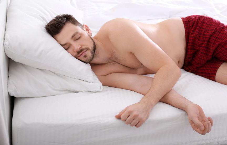 枕が合わずに肩こりで肩が痛い男性の写真
