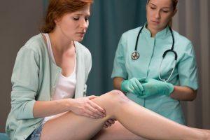 変形性膝関節症治療の整骨院「宮谷小交差点前せいこついん」の変形性膝関節症で膝が痛い女性イメージ