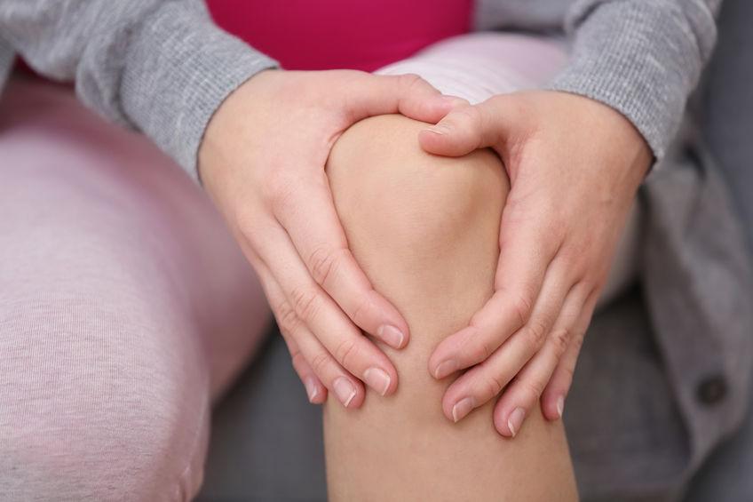 変形性膝関節症で膝が痛い女性の写真